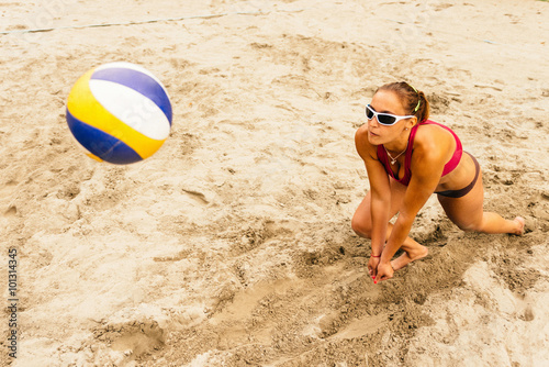 fototapeta na drzwi i meble Female beach volleyball player digging