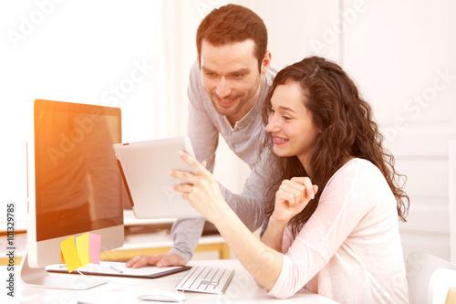 Fotografía  Hombre que trabaja con su compañero de trabajo en el ordenador