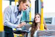 Frau im Bus hat bei Kontrolle keine Fahrkarte
