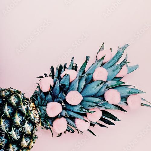 ananas-na-rozowym-tle
