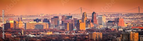 Fotomural  Newark New Jersey skyline viewed from Eagle Rock reservation under an orange sunset