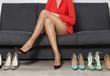 Młoda kobieta na zakupach butów. Szpilki damskie.