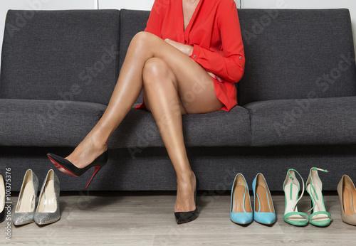 Młoda kobieta na zakupach butów. Szpilki damskie. - fototapety na wymiar