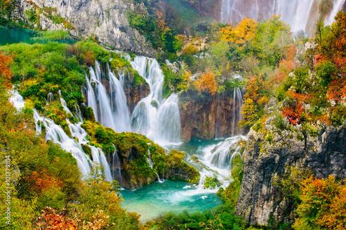 Staande foto Watervallen Detailed view of the beautiful waterfalls in the sunshine in Plitvice National Park, Croatia