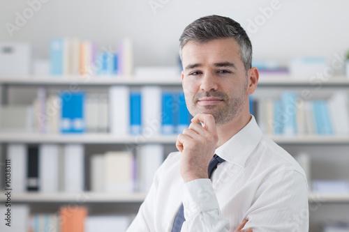 ufny-biznesmen-w-jego-biurze