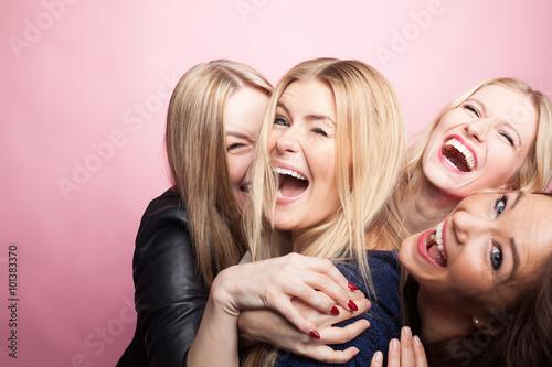 Fotografija  Gruppe junger Frauen macht Partyfoto