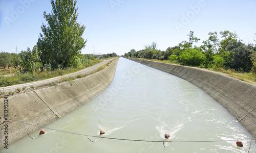 Foto op Plexiglas Kanaal Canal de riego en la provincia de Huesca, España