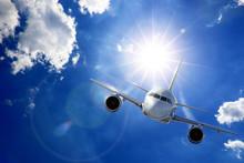Flugzeug In Sonne Und Wolken
