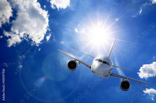 Fotografering Flugzeug in Sonne und Wolken