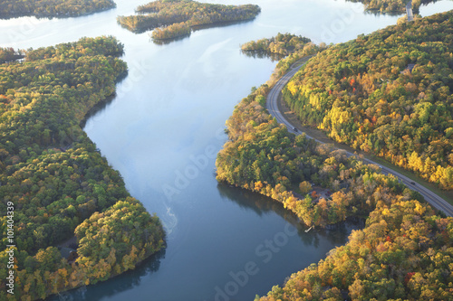 Obraz Curving road along Mississippi River during autumn - fototapety do salonu