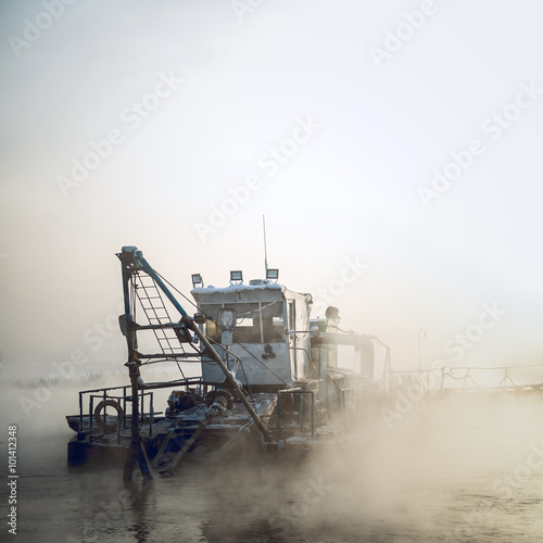Photo dredge boat in the fog