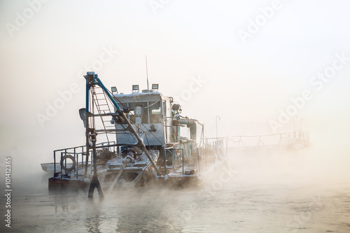 Photographie dredge boat in the fog