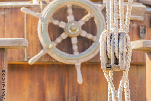 Keuken foto achterwand Schip Steering wheel and pulley on a old sailing boat