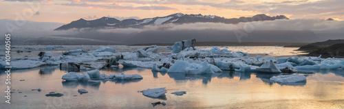 Valokuva  pink sunrise in icebergs lagoon in Iceland