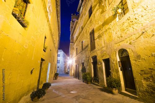 Uliczki nocnej Pienzy,Toskania