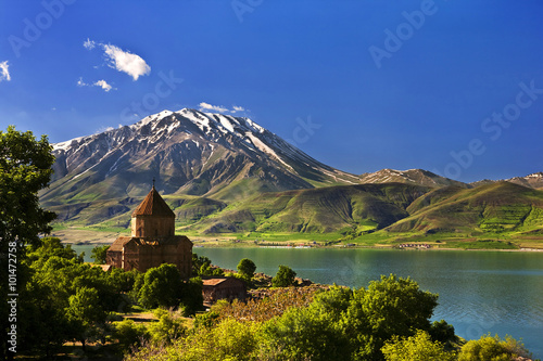 In de dag Turkije Turkey. Akdamar Island in Van Lake. The Armenian Cathedral Church of the Holy Cross (from 10th century)