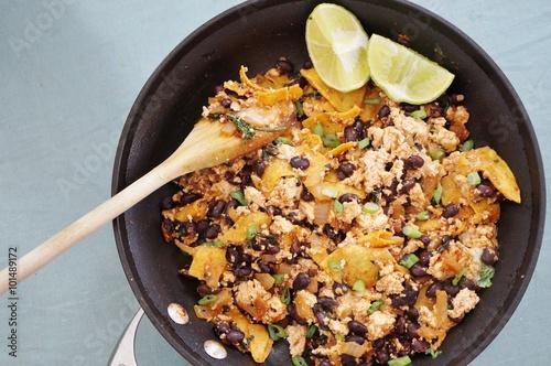 Fotografie, Obraz  Vegan tofu Scramble chilaquiles s fazolemi, jarní cibulkou a limetkou