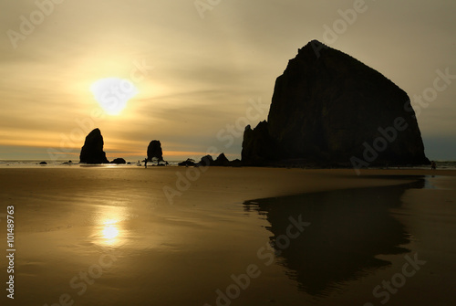 Photo sur Toile Cote Sunset, Haystack Rock, Oregon, USA. Haystack Rock and rock pinnacles on Cannon Beach at sunset. Oregon, United States.