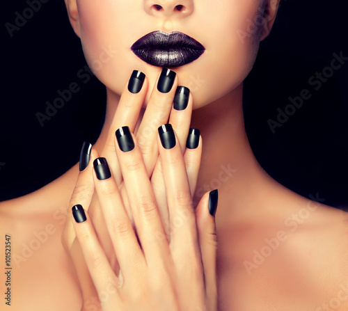 Staande foto Manicure Beautiful girl showing black manicure nails . makeup and cosmetics