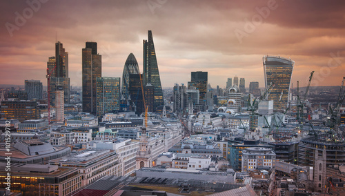 Poster Londres LONDON, UK - JANUARY 27, 2015: City of London at sunset, business and banking aria aerial view