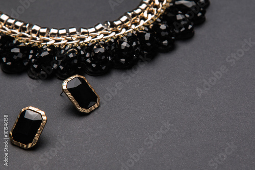 Foto  Necklace  and earrings with black stones