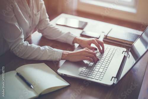 Fotografía  Woman working in home office hand on keyboard close up