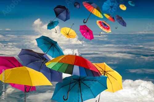 Fototapeta Lebensfreude: Windiger Frühlingstag mit bunten Regenschirmen :)