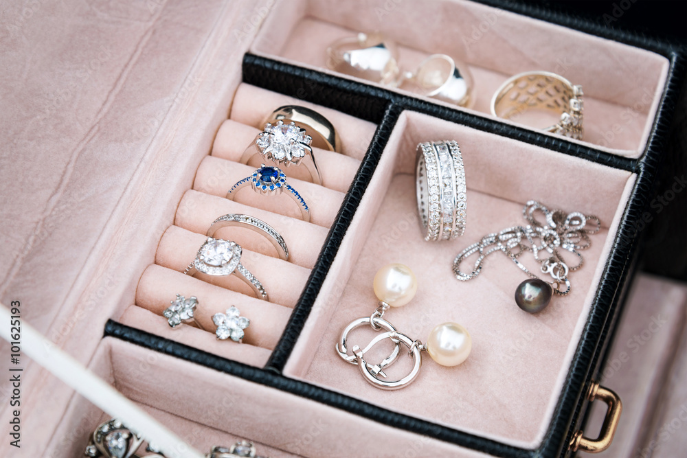 Fototapeta Jewelry box with white gold and silver rings, earrings and pendants with pearls. Collection of luxury jewelry.