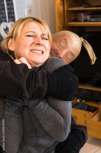 Fényképezés  frau wird von einem verbrecher angegriffen