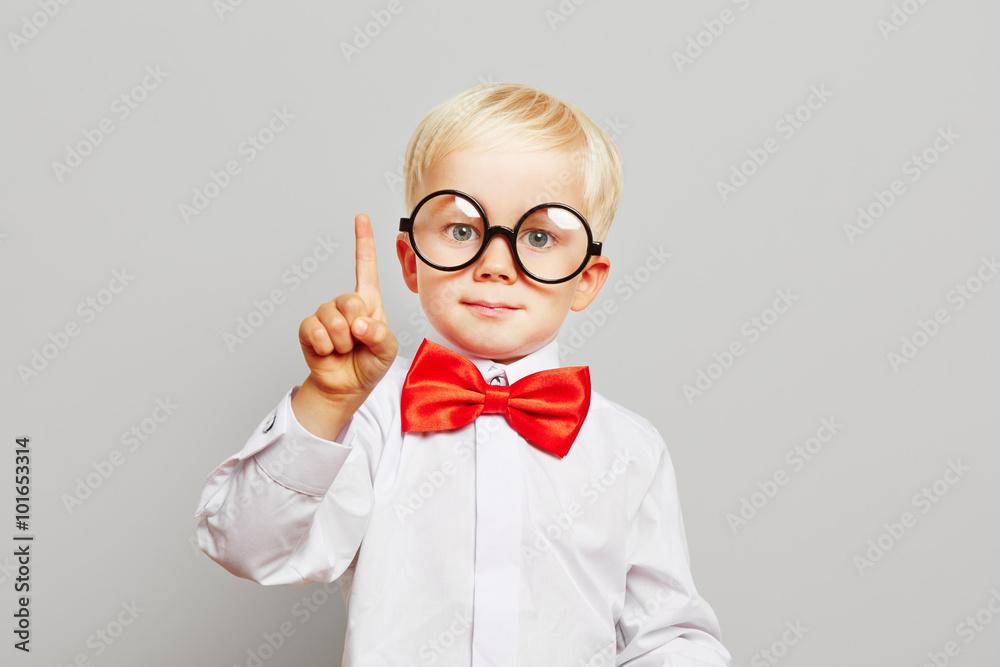 Fototapety, obrazy: Kind mit Brille hat eine Idee