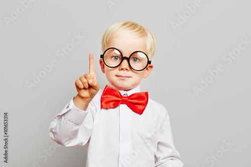 Kind mit Brille hat eine Idee Wallpaper Mural