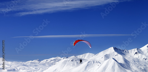 Deurstickers Luchtsport Panoramic view on sky gliding in snowy mountains at nice sun day