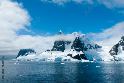 gory-antarctica-w-pieknym-slonecznym-dniu
