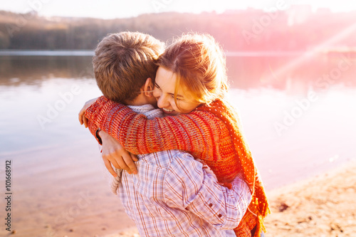 Fotografia  Couple in warm clothes hugging each other