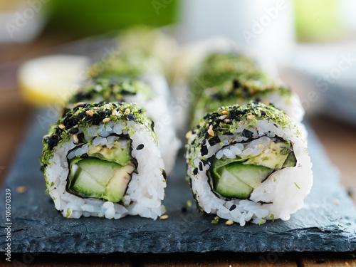 Photo  kale, avocado and cucumber sushi