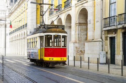 romantyczna-ulica-lizbona-z-typowym-zoltym-tramwajem