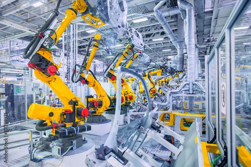Fotografía  Robots en una fábrica de automóviles