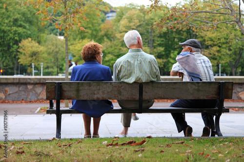personas mayores sentados banco hablando 9720-f16 Wallpaper Mural