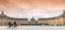 Deux Cyclistes Sur Le Miroir D'eau (sans Eau) Et Un Tramway Place De La Bourse à Bordeaux En Gironde En Nouvelle-Aquitaine, France