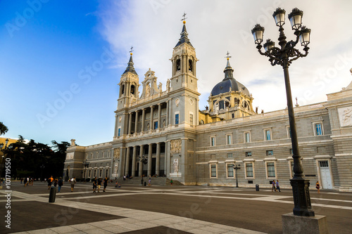 Tuinposter Oude gebouw Almudena cathedral in Madrid