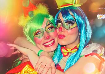 Freundinnen haben Spaß im / Carneval