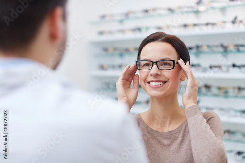 Fotomural woman showing glasses to optician at optics store