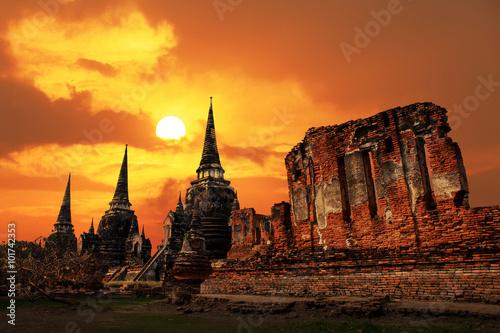 Photo Wat Phrasisanpetch temple at sunset in Ayutthaya Historical Park