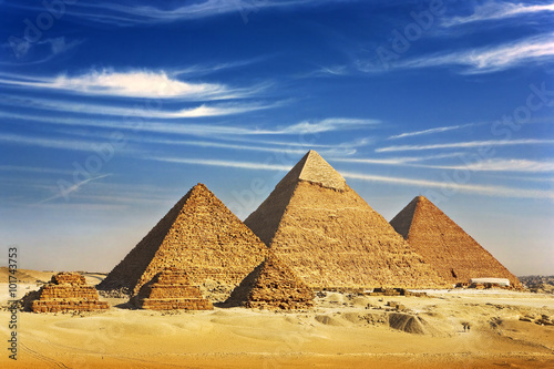 Poster Egypte Egypt. Cairo - Giza. General view of pyramids from the Giza Plateau (on front side 3 pyramids popularly known as Queens' Pyramids; next: the Pyramid of Mykerinos, Chephren and Cheops)