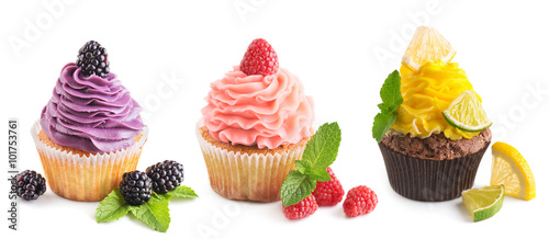 Photo  Collection of bright cupcakes with fresh berries isolated on whi
