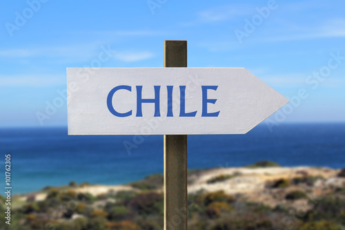 Papiers peints Amérique du Sud Chile sign with seashore in the background