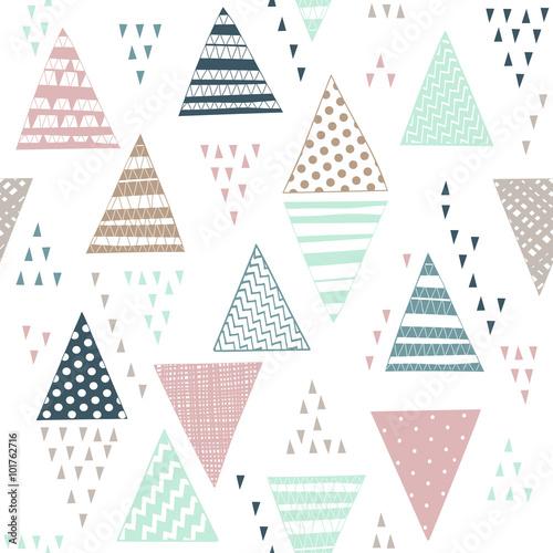 wzor-z-dekoracyjne-recznie-rysowane-trojkaty