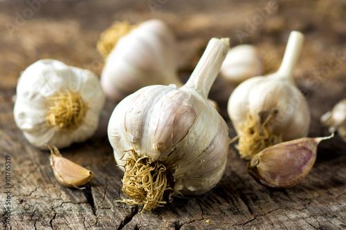 Photo  Organic garlic on wooden background