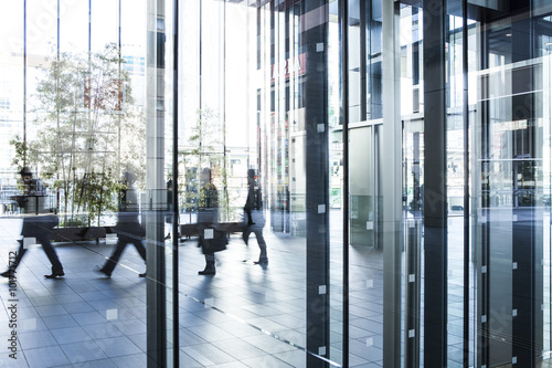 Fotografía  Businessmen who come and go the lobby of the building