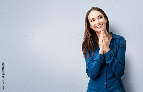 Fotografia  happy gesturing smiling young woman, with copyspace